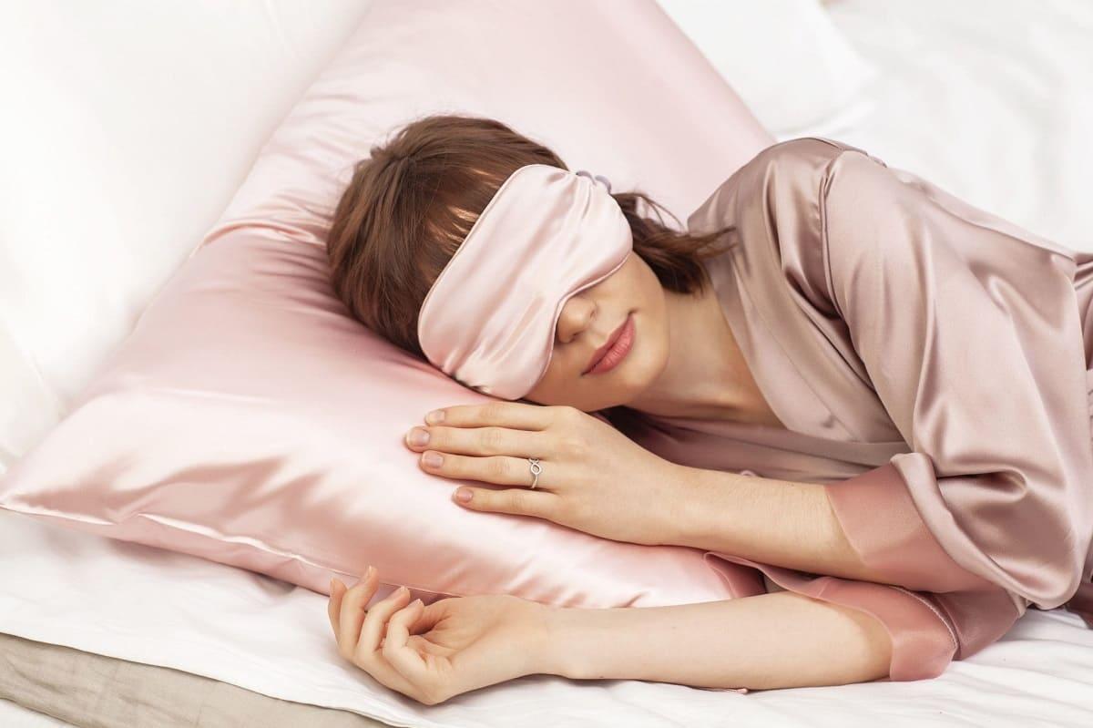 Деликатный уход за кожей вокруг глаз