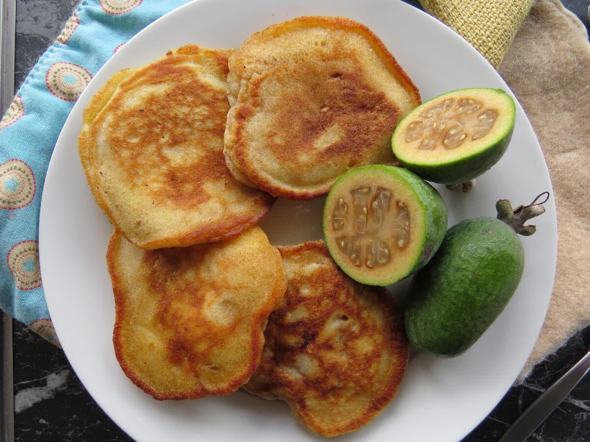 Оладьи с яблоком, ананасом, фейхоа