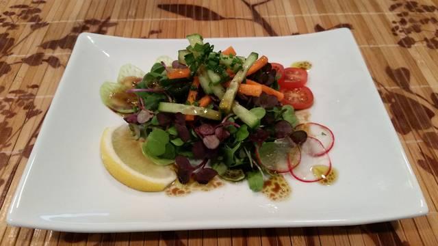 Салат с микрозеленью мицуны