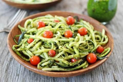 Паста из кабачков в томатном соусе с зеленью