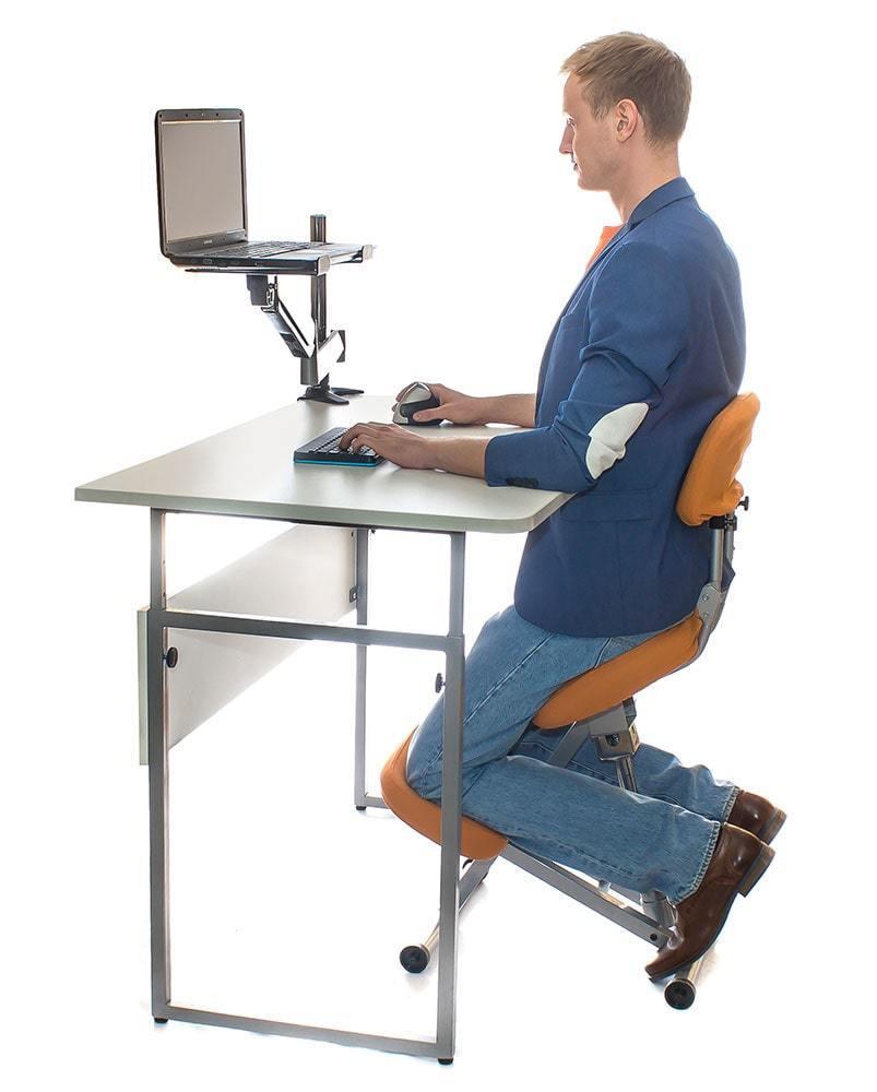 Коленный стул Smartstool KM01B совместим со столом стандартной высоты