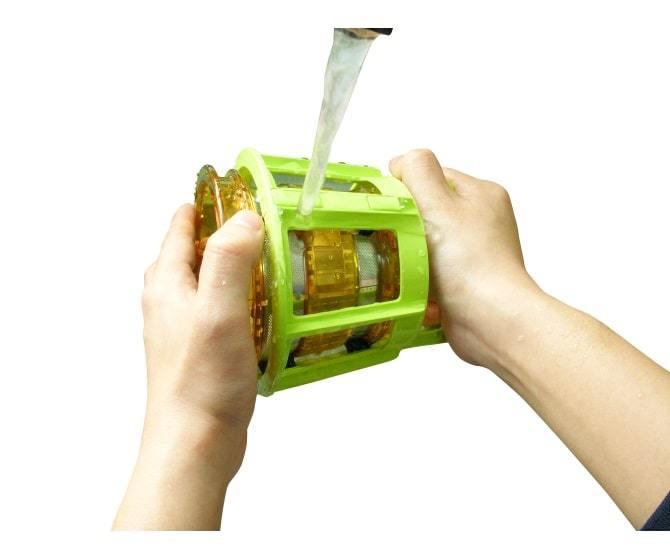 Во время чистки просто поверните в противоположных направлениях чистящую щетку и сетку для отжима сока