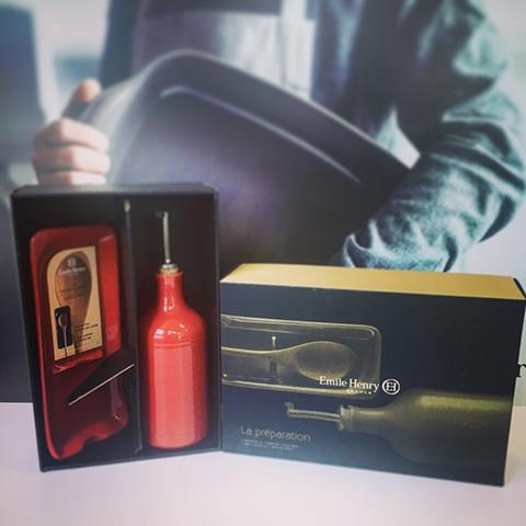 Подарочный набор Emile Henry: Бутылка для масла и подставка под ложку гранат