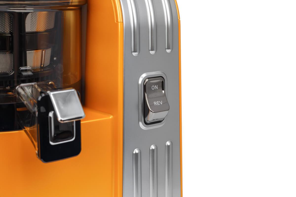 Кнопка включения на передней панели соковыжималки