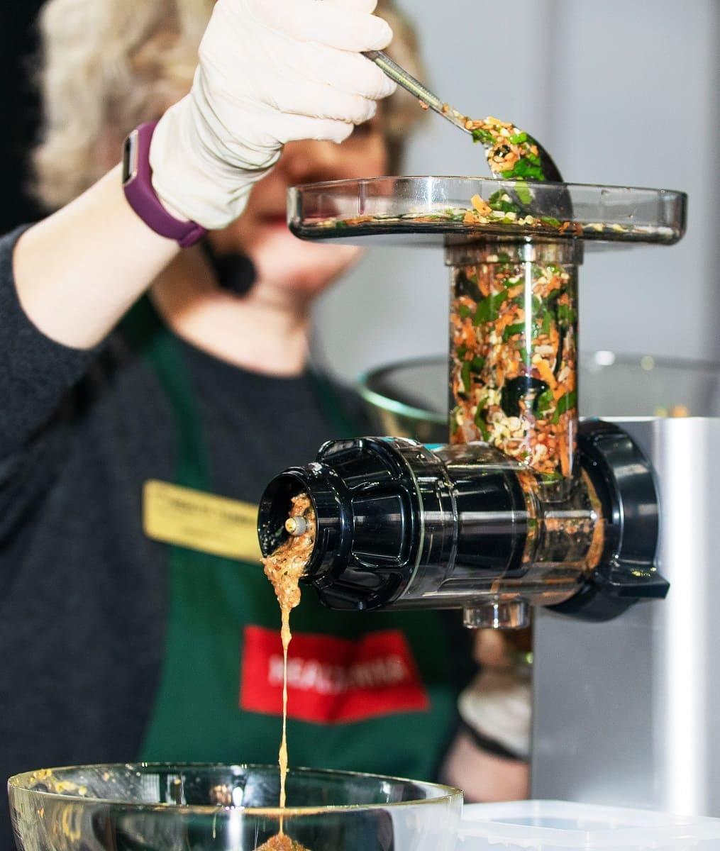Приготовление основы для хлебцев при помощи насадки-измельчителя