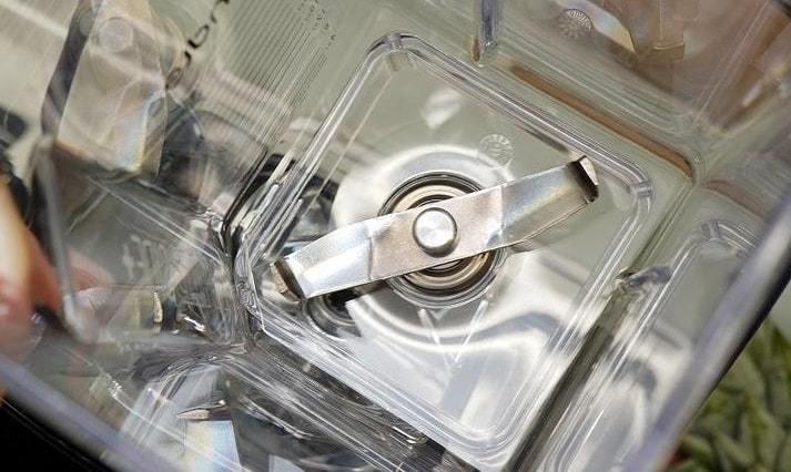 Форма ножей и стакана позволяет обходиться без толкателя